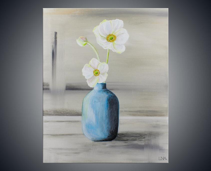 Peinture figurative de l'artiste Helena Monniello qui représente des fleurs blanches dans un vase bleu.